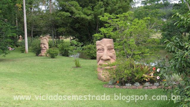 Esculturas em pedra-grês no jardim do parador