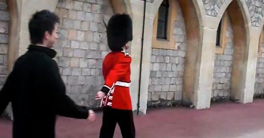 Turista molesta a guardia real y este le apunta con su rifle