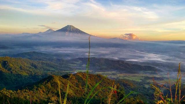 foto sunrise dan gunung sumbing dari puncak suroloyo