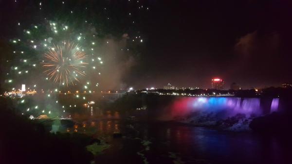 Niagara Falls | Feuerwerk über den Niagarafällen