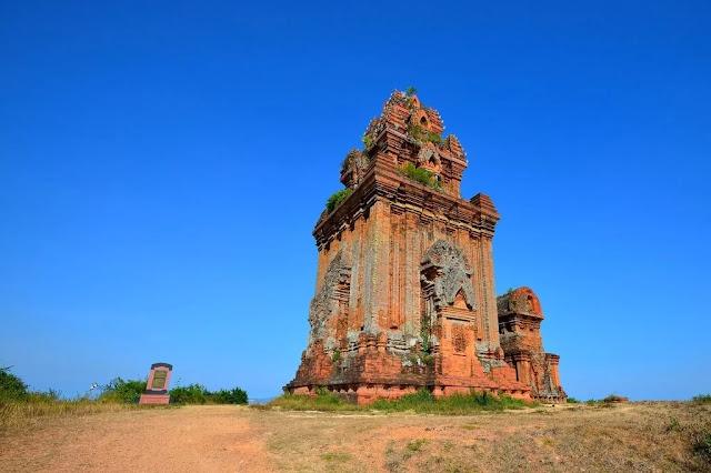 Mái vòm độc đáo ở cụm tháp Bánh Ít. Tháp Bánh Ít được xếp hạng Di tích cấp quốc gia khá sớm, từ 1982. Các nhà nghiên cứu khẳng định những cụm tháp Chăm ở Bình Định như một bảo tàng ngoài trời sống động, độc đáo. Trải qua hàng nghìn năm với nhiều biến động, những ngọn tháp đất nung vẫn luôn tồn tại uy nghi giữa đất trời và giữ được những nét đẹp làm đắm say lòng người ngay lần đầu đến thăm.    Ngôi tháp chính bề thế với các kiến trúc cột ốp, đường gồ nhô ra dọc các mặt tường. Những nét thanh tú của đường nét, hoa là trên các diềm mái, những cảnh ca múa trên các mặt vòm các cửa tạo vẻ sinh động cho cả khối kiến trúc.