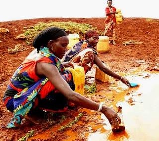 Mujeres tratando de juntar agua de una sequía