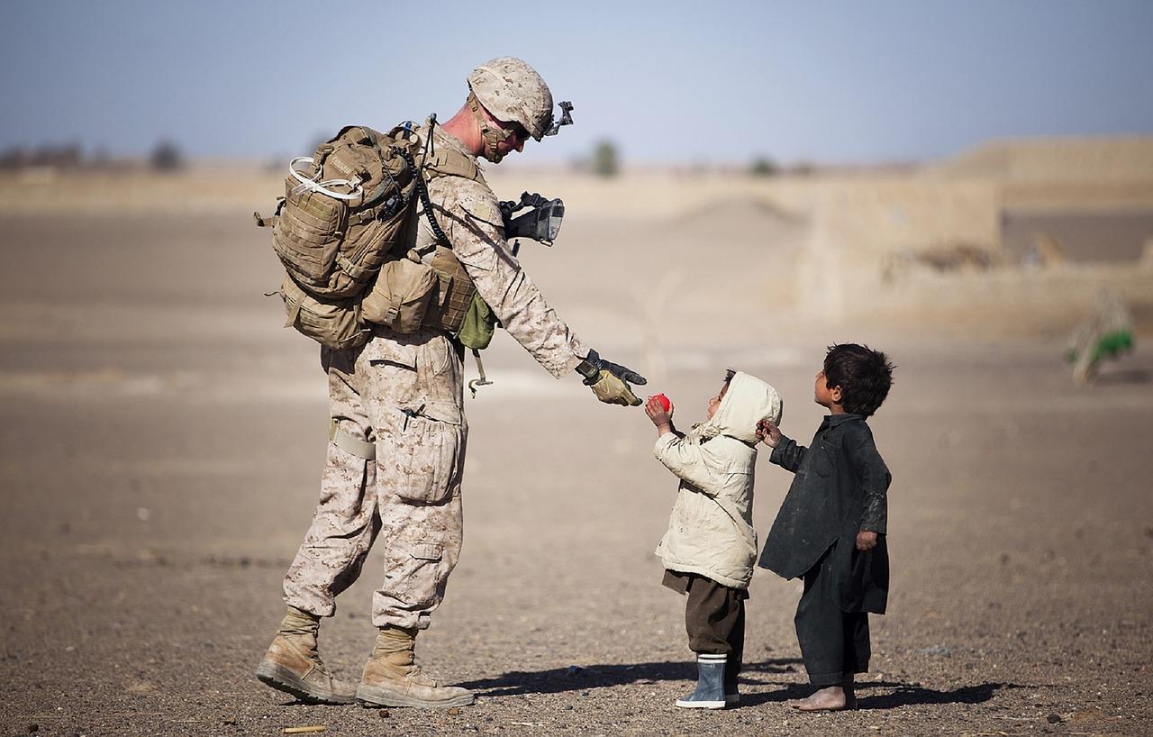 Crianças com soldado