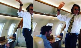 Ο Ηλίας Ψινάκης σε τρελά κέφια - Χορεύει το «θέλω να σε ξαναδώ» μέσα σε αεροπλάνο