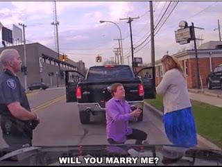 Seorang Pria Melamar Kekasihnya Saat Ditilang Polisi