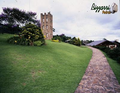 Calçada com pedra moledo, com espessura de 10 cm a 20 cm com execução do paisagismo.