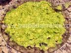 Guacamole sos de avocado preparare reteta - pasam miezul intr-o farfurie