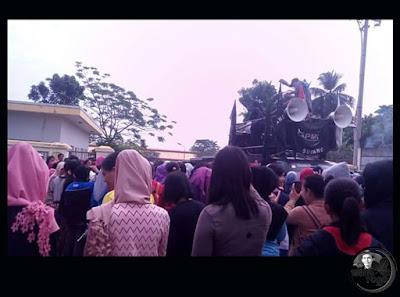 FOTO 3 : Buruh PT. SEOK HWA INDONESIA mogok kerja karena perusahaan tak mampu membayar THR