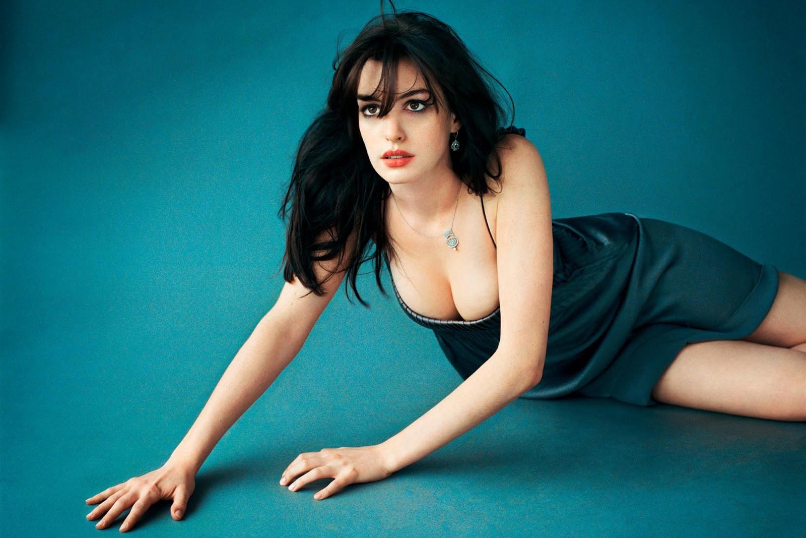 artis cantik dan seksi Anne Hathaway susu tumpah