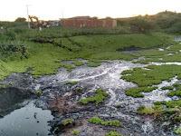 Açude recebe dejetos após defeito em tubulação de esgoto na Paraíba