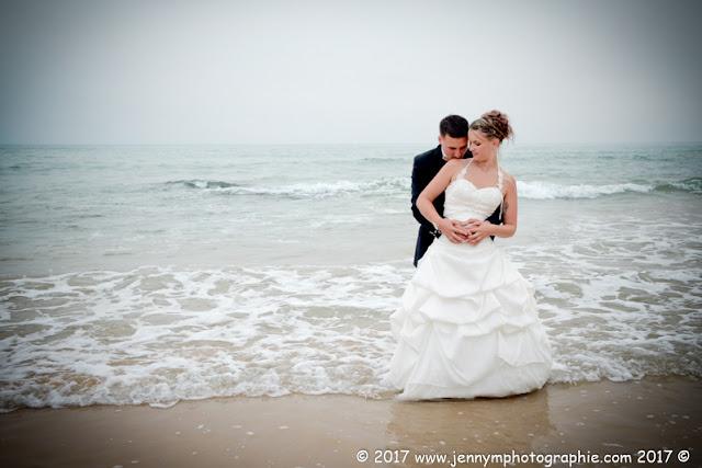portrait mariés à la mer bisou du marié sur l'épaule