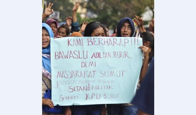 Relawan JR- Ance Memanas, Massa Mulai Goyang Gerbang Kantor Bawaslu Sumut