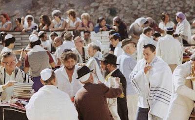 El premio literatura se había convertido en un cristiano nacido de nuevo en la década de 1970, pero entonces celebrada el bar mitzvah de su hijo en la pared occidental.