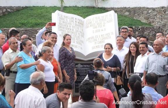 Inauguran monumento a la Biblia en parque de Tapachula