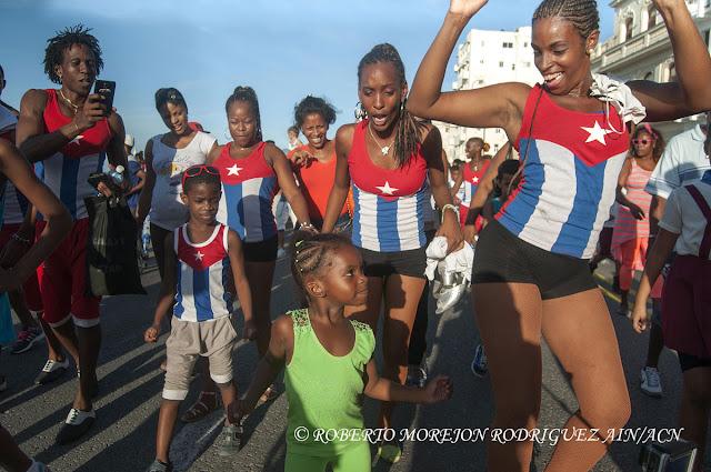 Pasacalles en el marco del XVI Festival Internacional de Teatro de La Habana, realizado en el Malecón de la capital de Cuba, el 25 de octubre de 2015.