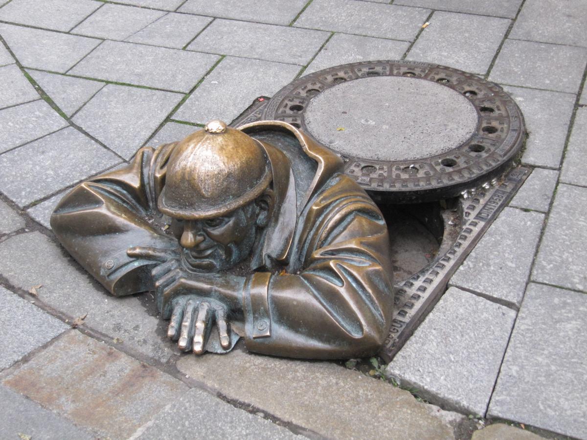 Čumil, estatuas bratislava, estatua alcantarilla