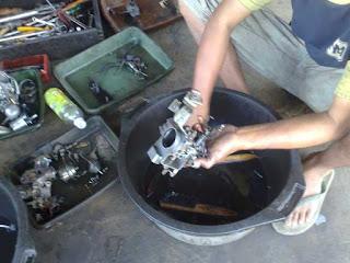 Melepas semua komponen karburator
