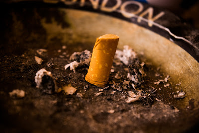 imagen de un cigarrillo apagado y aplastado en un cenicero