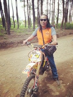 Matt Dolan mencoba mini trail di Hutan Pinus Precet, Wagir, Malang