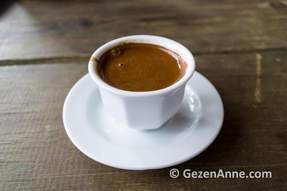 Belen kahvesinde, Gevenes'in ovasına karşı oturup kahve içtik, Çaybükü Muğla