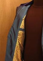 Gri renkli bir ceketin sarı renkli astarı