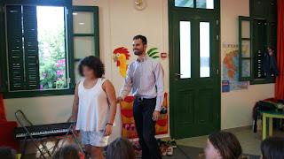 Ο Βαγγέλης Αυγουλάς δείχνει τεχνικές συνοδείας μαθήτρια