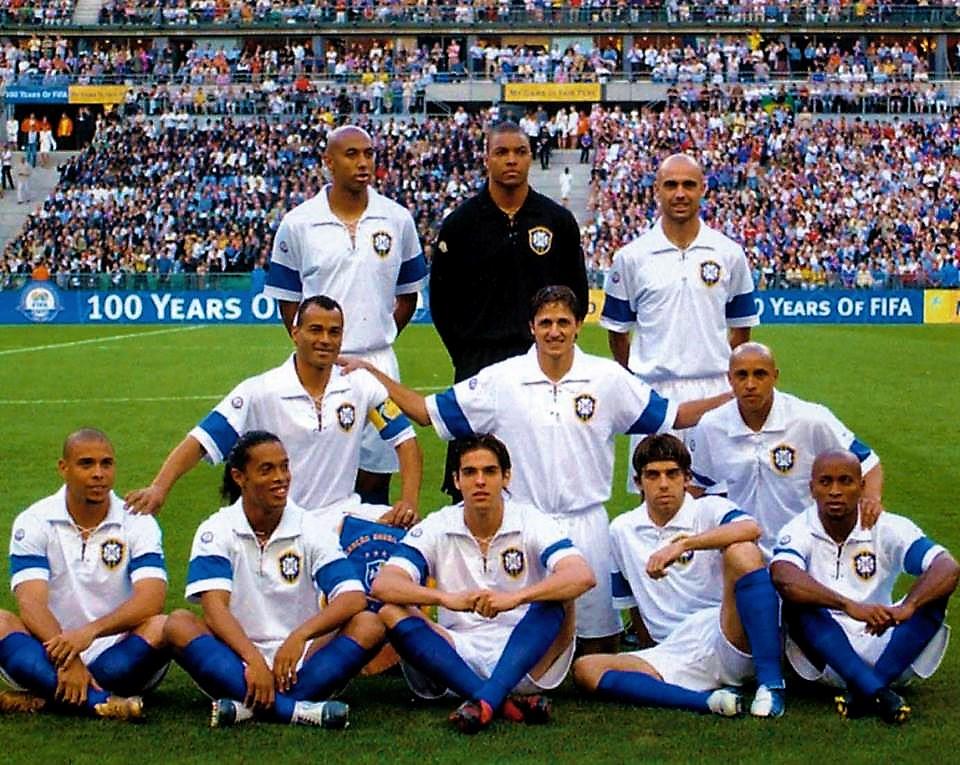 be79554038 20/05/2004 - Há quase 15 anos com uniforme branco o Brasil empatou com a  França na festa dos 100 anos da FIFA e em 2019 lança camisa branca para a  Copa ...