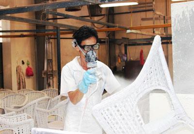 Công nhân Công ty TNHH Rapexco Đại Nam được trang bị bảo hộ lao động.