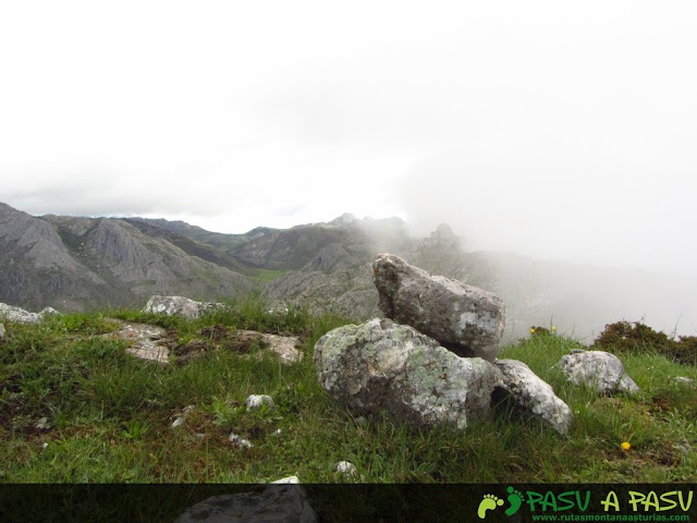 Grupo de piedras en la cima