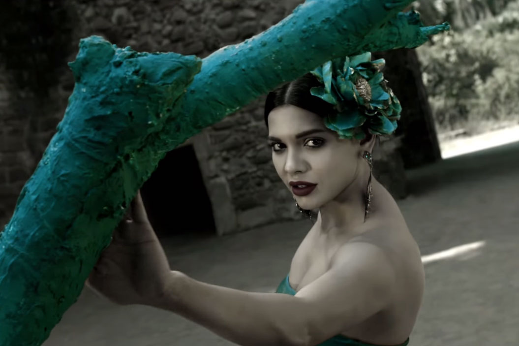 Still Sara Loren from song Dhai Akhar