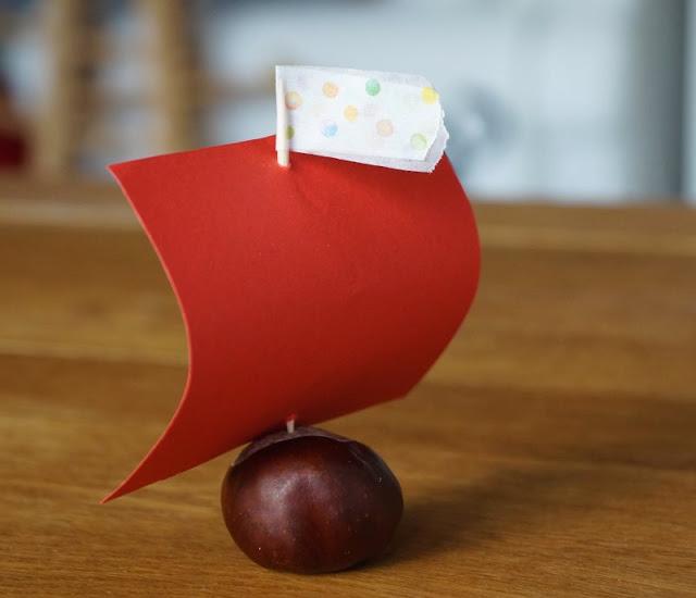 DIY: Kleine Schiffe aus Kastanien basteln. Auf Küstenkidsunterwegs zeige ich Euch in einer tollen DIY-Anleitung, wie Ihr ganz einfach und schnell mit Euren Kindern Schiffe aus Kastanien basteln könnt! Und mit Rinde können die Kastanien-Schiffe sogar schwimmen!