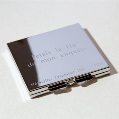 Miroir de poche gravé daté de 2008