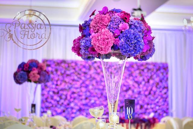 Fioletowe bukiety na stołach weselnych
