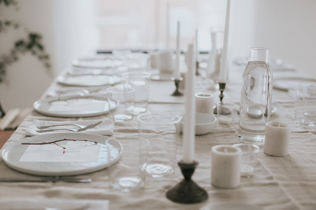 Minimal-Table-Design-with-Linen-Marble-and-Candles