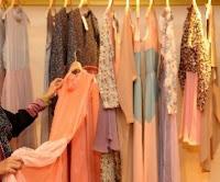 wanita memilih pakaian