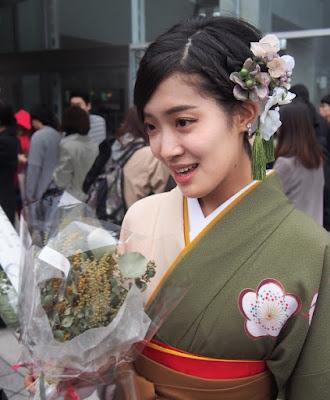 卒業式に袴姿でアネモネの髪飾りとタッセル