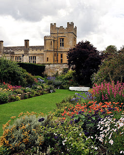 384px-Sudeley_Castle_Secret_Garden, Dreamstime.com