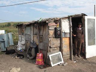 Elvetianca a primit o baraca de la o tiganca si a amenajat-o cu ce a gasit pe rampa de gunoi / foto Aida Ilie