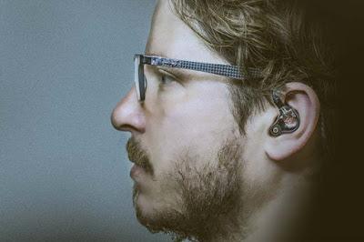 gambar orang pakai headset iem mahal all rounder