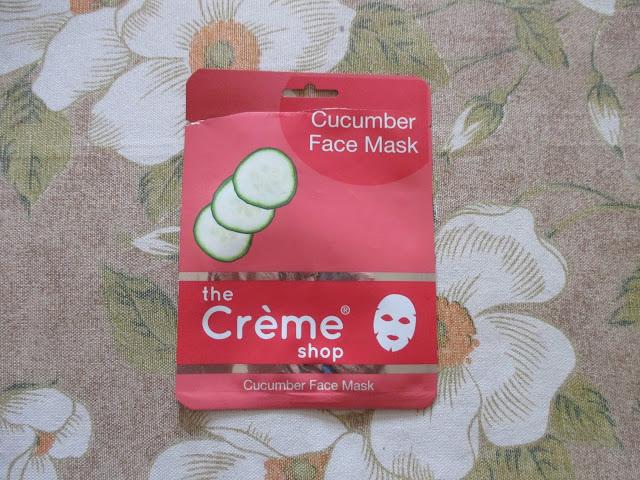 Cura indipendente di acne su una faccia
