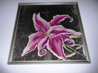 obraz w ramie wiszący na ścianie, lilia różowa namalowana na jedwabiu