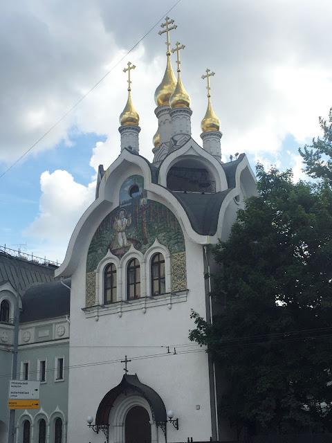 На фото - вид на вход в храм