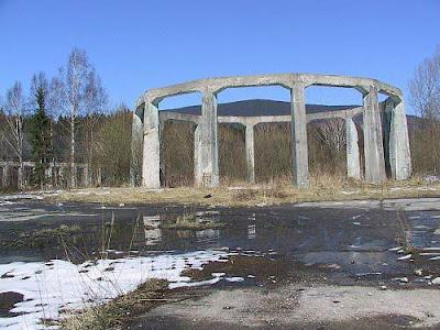 Le rovine circolari presso il sito del laboratorio Der Riese