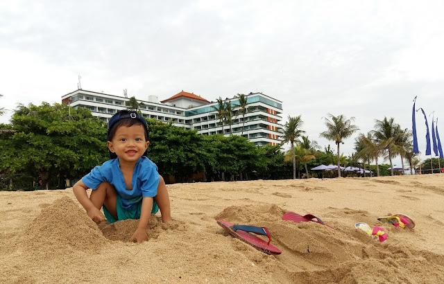 Raos main pasir di pantai.