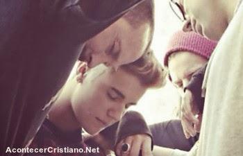 Justin Bieber orando en la Iglesia Hillsong