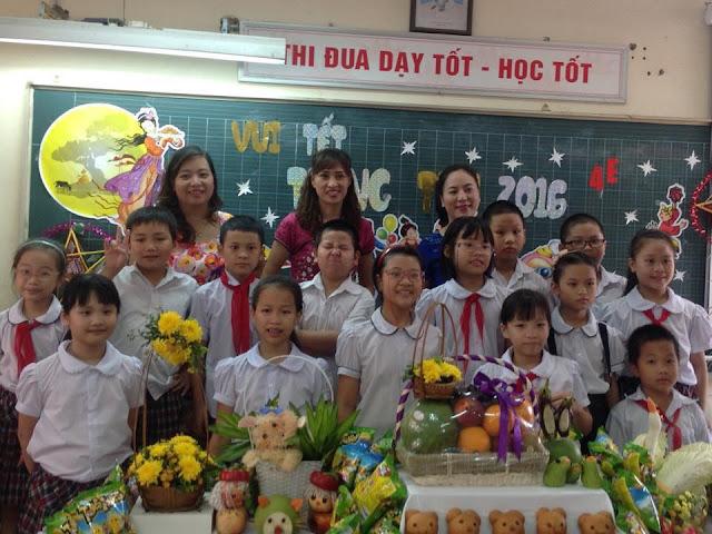 Cô Diệp (đứng giữa hàng sau cùng) chụp ảnh cùng phụ huynh và học sinh