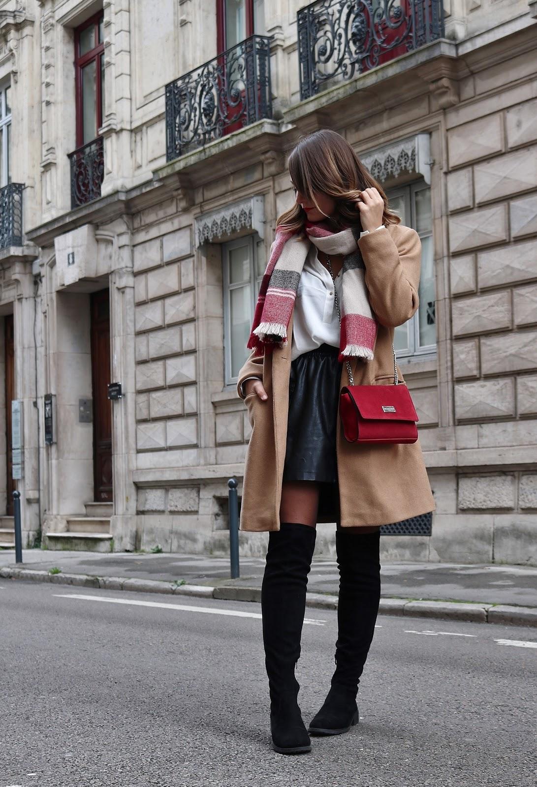 pauline dress blog mode déco lifestyle besancon tenue octobre 2017 cuissardes jupe similicuir blouse blanche manteau camel sac rouge grosse echarpe rue Besançon