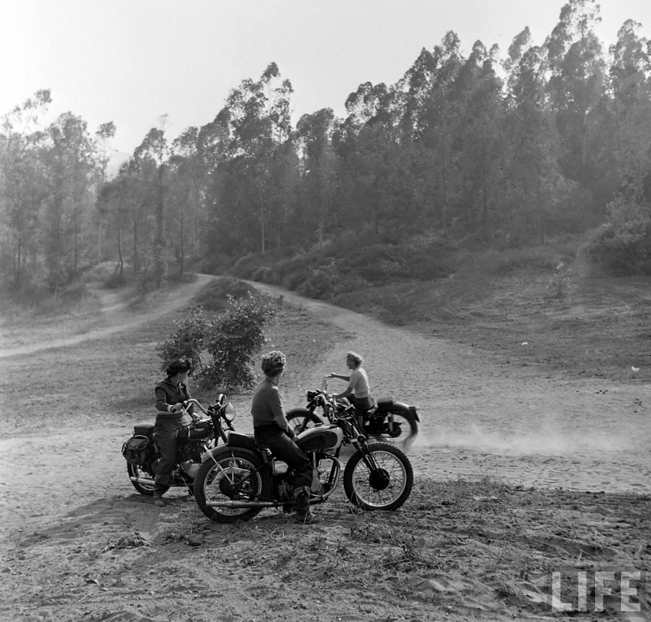 1940s Bike Girls: Fascinating Photos of Female
