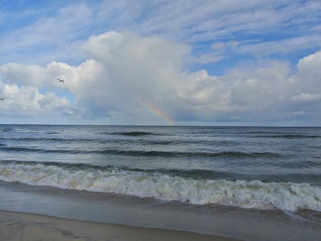 spacer nad brzegiem morza we wrześniu