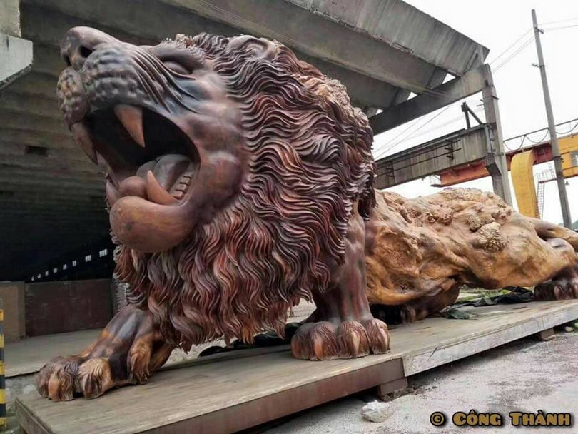 This amazing and giant lion statue called the Oriental Lion is the work of sculptor Dengding Rui Yao. It is known that it is 5m high, 15m long and 4m wide.